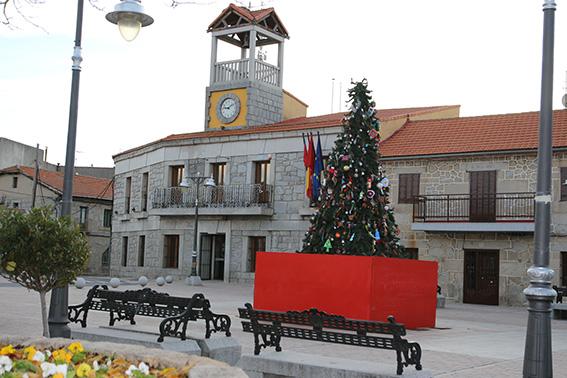 Plaza del Ayuntamiento de Moralzarzal con árbol de navidad