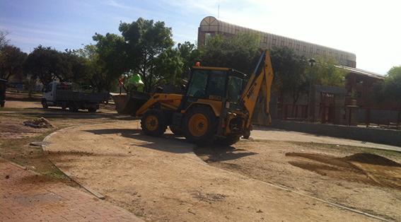 Excavadora trabajando en el polideportivo de Moralzarzal