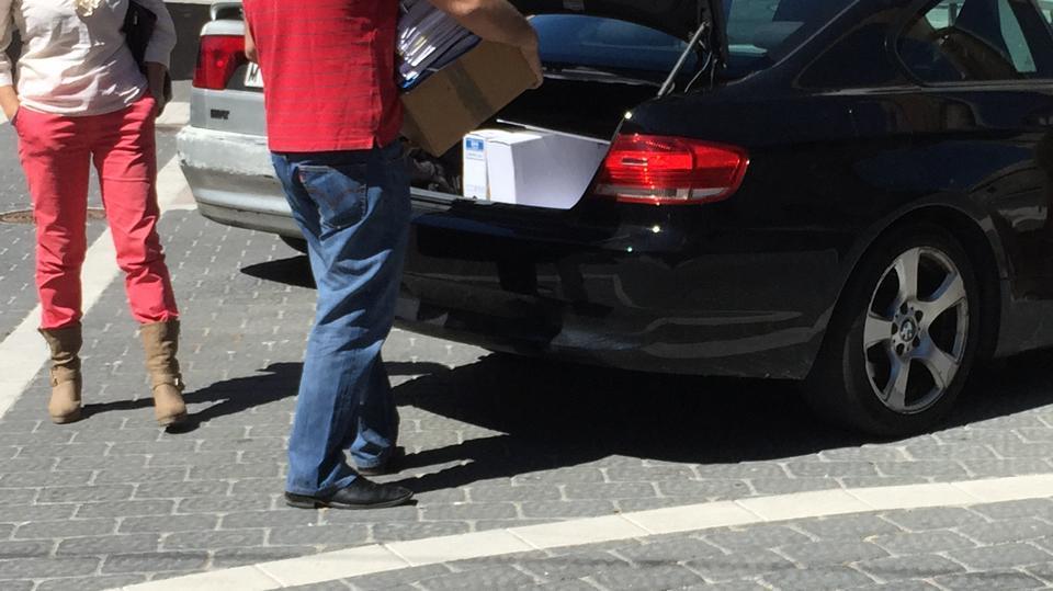 Cajas del Ayuntamiento colocadas en un coche de un concejal en funciones