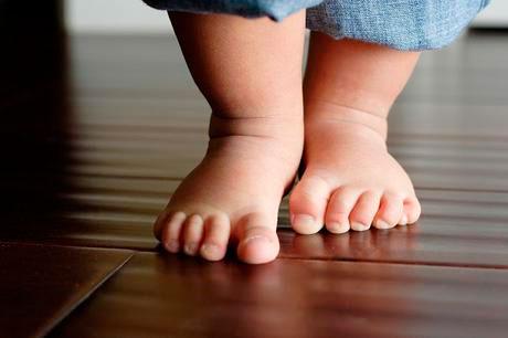 Pies de un niño pequeño caminando