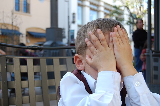 Un niño se tapa la cara con verguenza